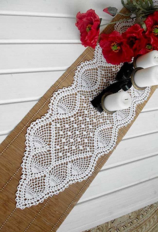 Caminho de mesa de crochê branco e simples.