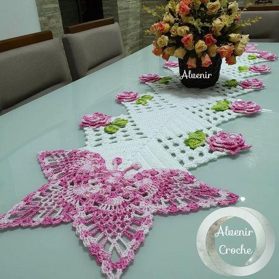 Caminho de mesa de crochê com bico de borboleta.