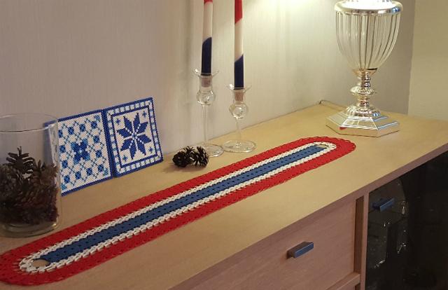 Caminho de mesa de crochê simples vermelho, azul e branco.