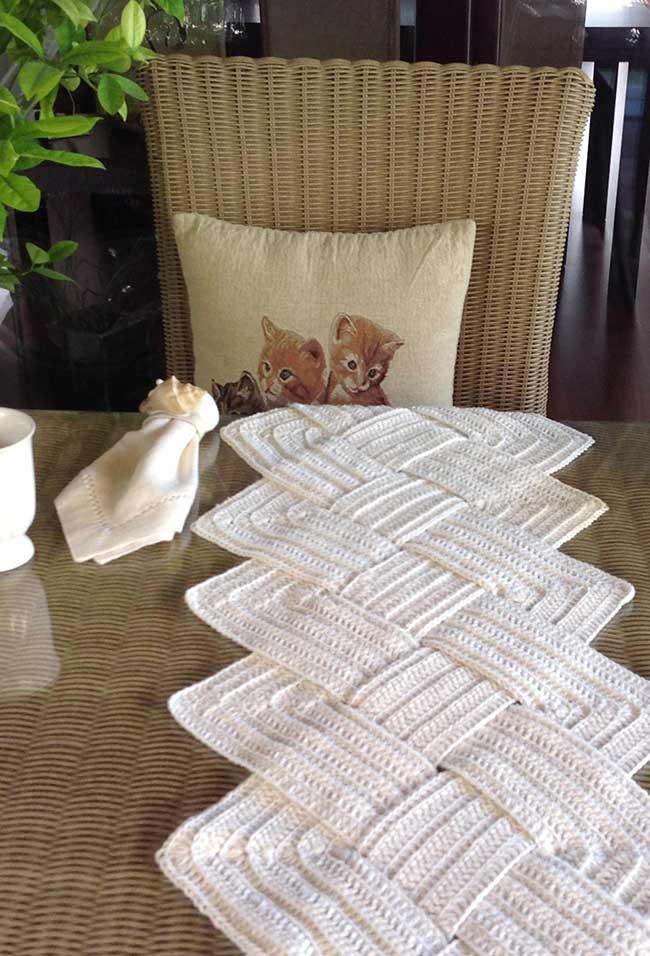 Caminho de mesa de crochê branco e formato entrelaçado.