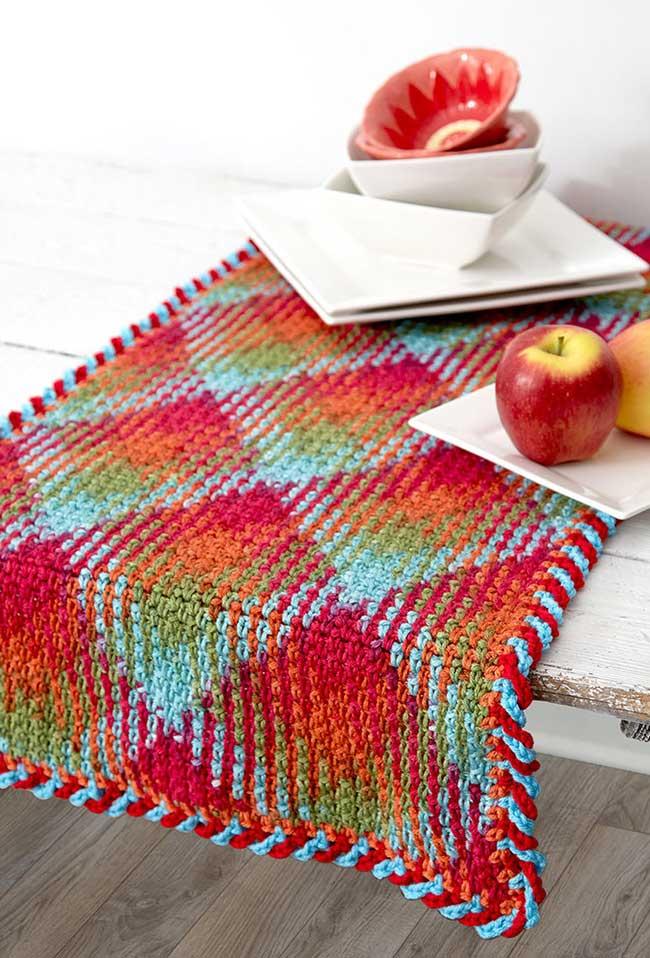 Caminho de mesa de crochê colorido retangular.