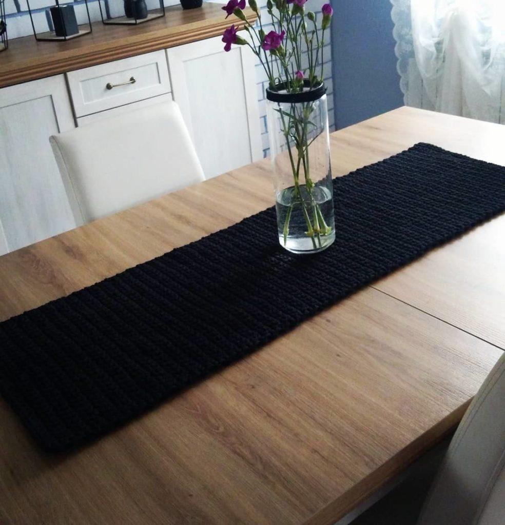 Caminho de mesa de crochê preto.
