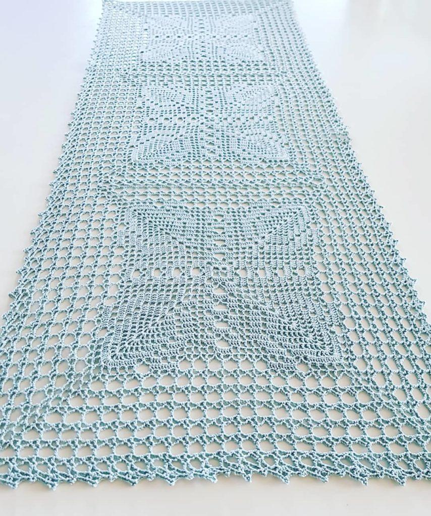Caminho de mesa de crochê azul simples.