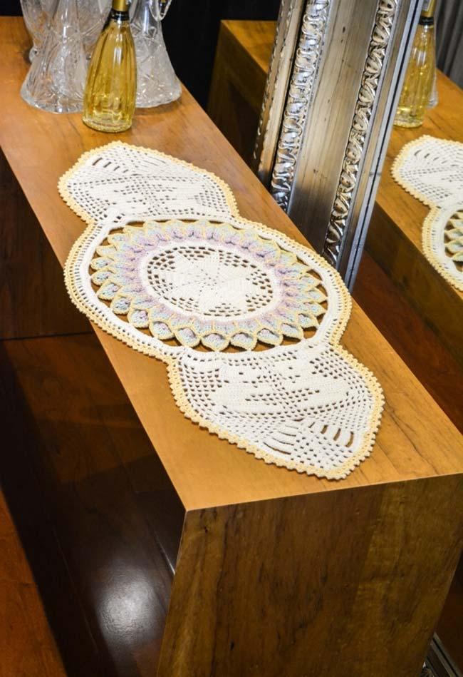Caminho de mesa de crochê trabalhado com flor gigante.