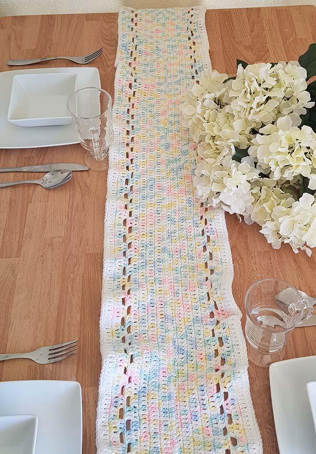 Caminho de mesa de crochê de linha tie dye.