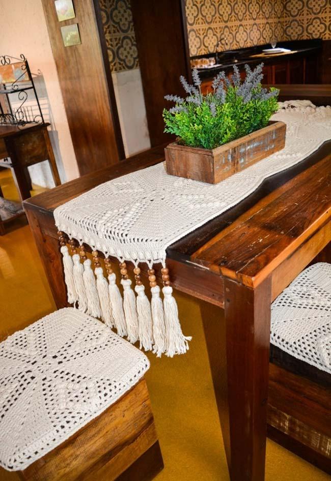Caminho de mesa de crochê com franja.