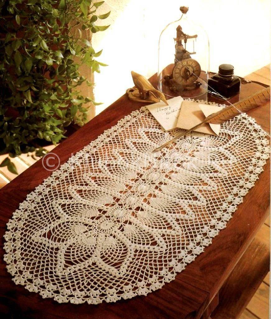 Mesa com decoração branca e simples.