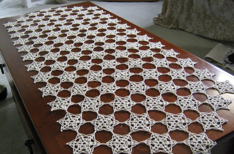 Mesa de centro com decoração simples e branca.