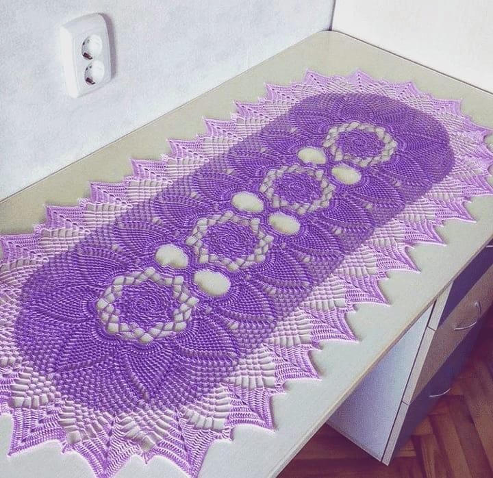 Caminho de mesa de crochê roxo.