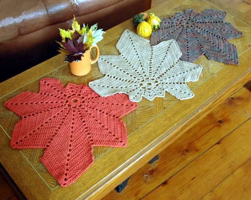 Caminho de mesa de crochê vermelha, branca e azul.