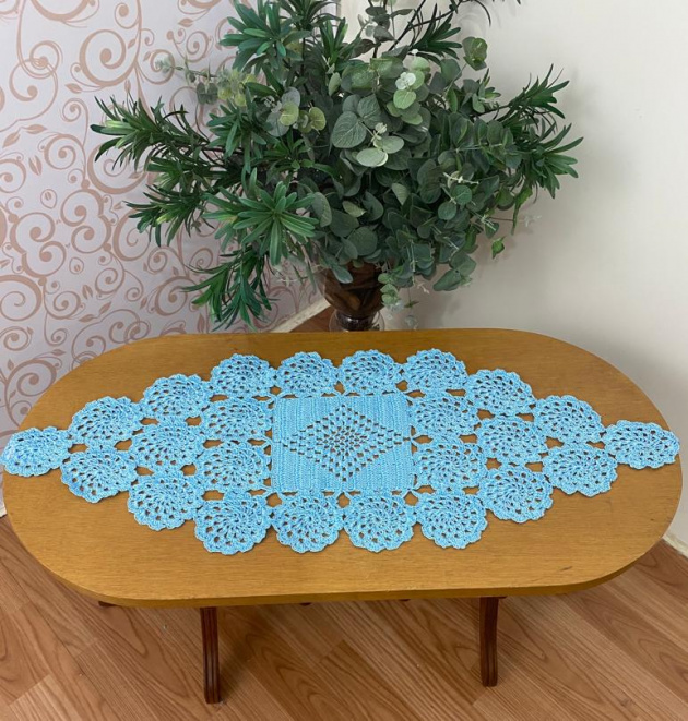 Caminho de mesa de crochê azul.