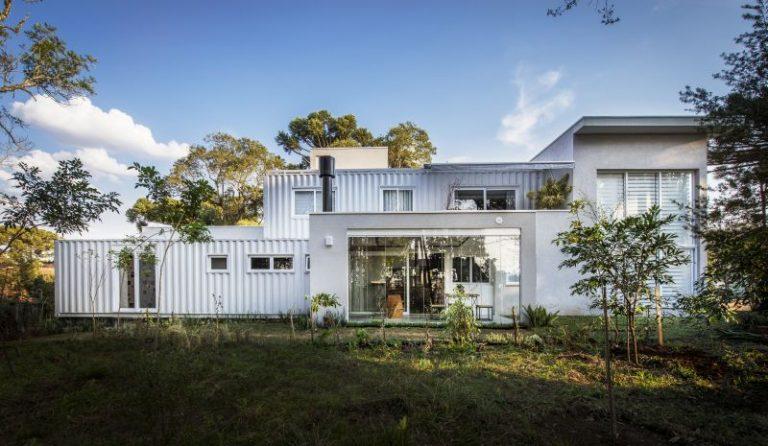 Grande casa branca com containers.