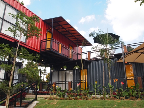 Containers preto e vermelho.