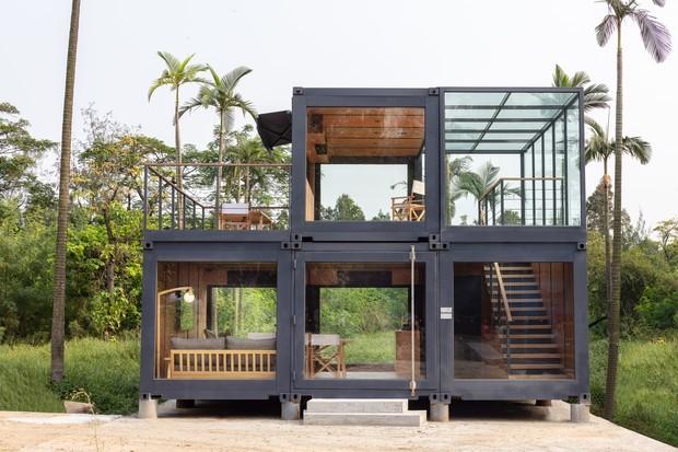 Casa feita com cinco containers.