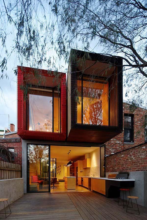 Casa com dois containers no primeiro andar.