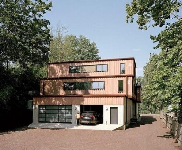 Casa com andares superiores de containers.