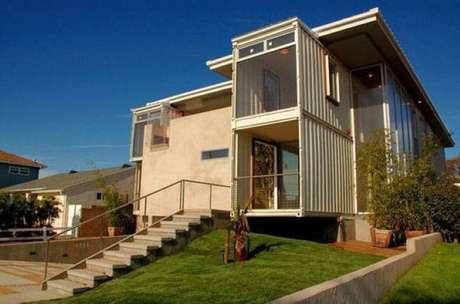 Grande casa com dois containers.