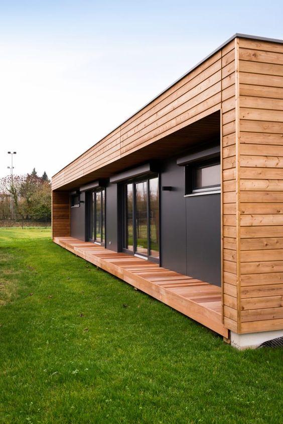 Casa preta com moldura de madeira.