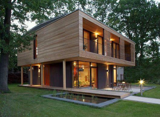 Casa com o primeiro andar todo de madeira.