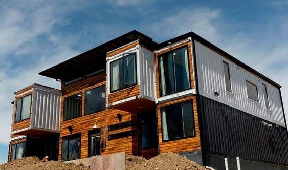 Casa com fachada de madeira.