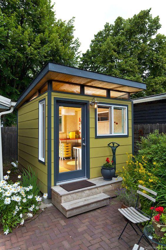 Casa pequena com dois degraus na entrada.