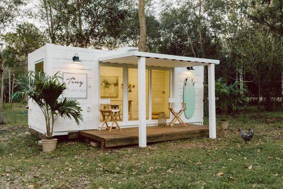 Casa feita de um container branco.