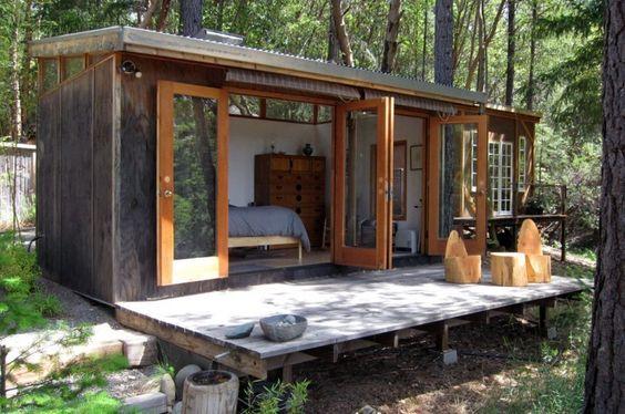 Casa com portas de madeira e vidro.