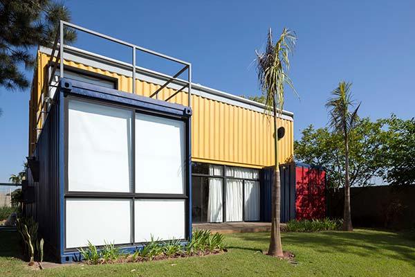 Containers amarelo, azul e vermelho.