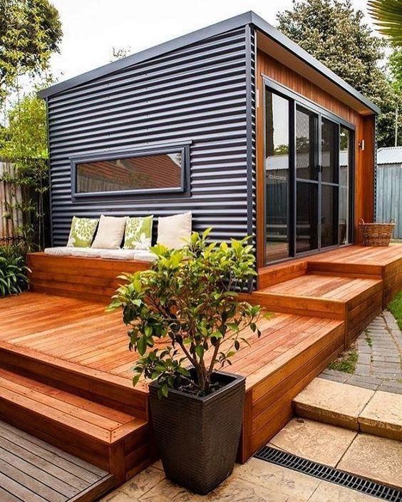 Casa com sofá de madeira do lado de fora.