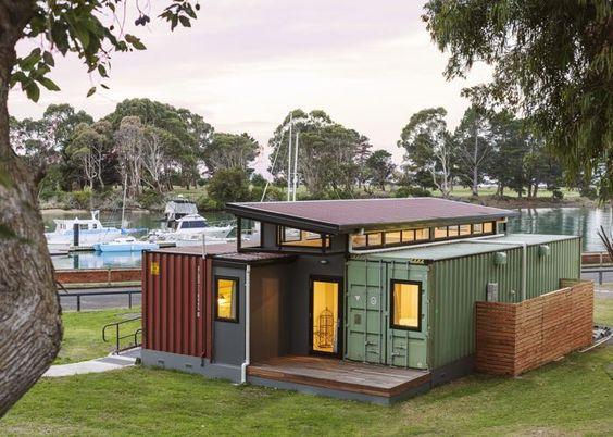 Casa container em frente ao píer.