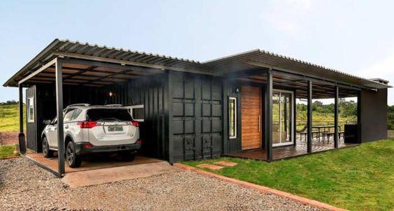Casa térrea preta com garagem.