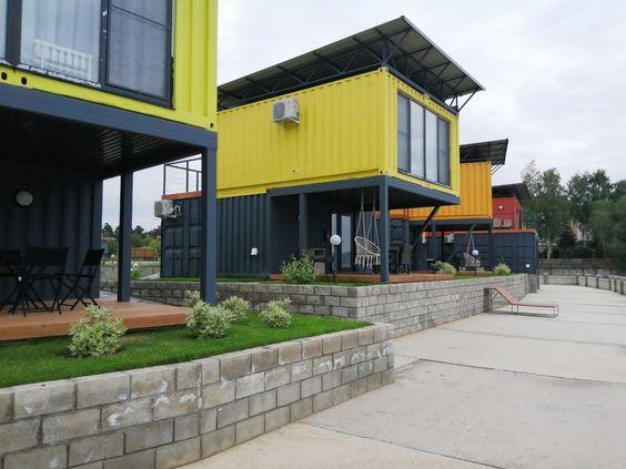 Várias casas containers em amarelo e preto.