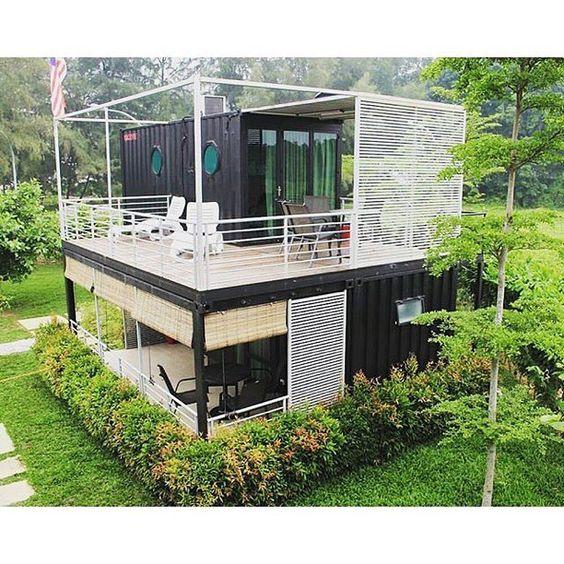 Casa preta com grades brancas.