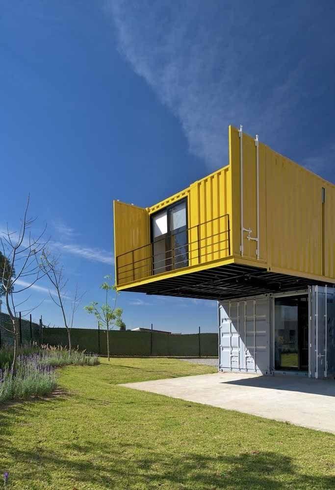 Casa container branca e amarela com varanda.
