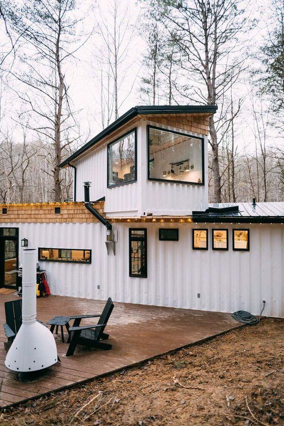 Casa branca com pequeno cômodo no primeiro andar.