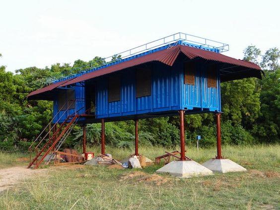 Casa container azul e alta.