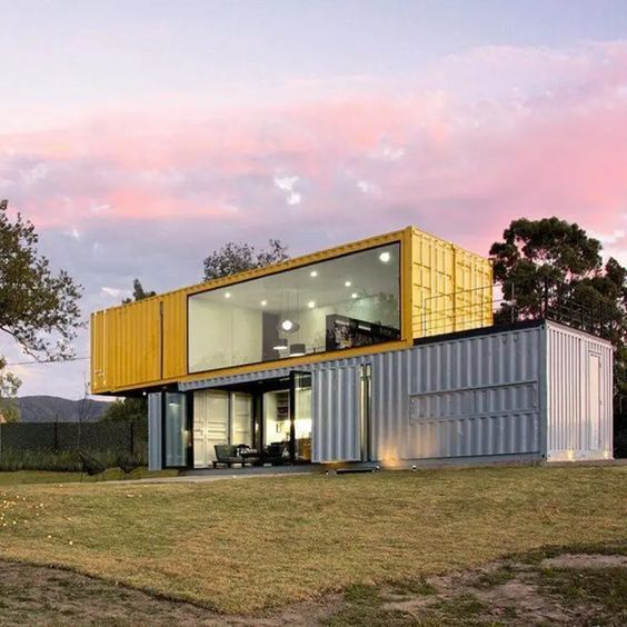 Casa container amarela e cinza.