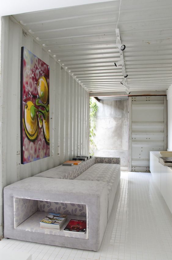 Sala com quadro colorido.