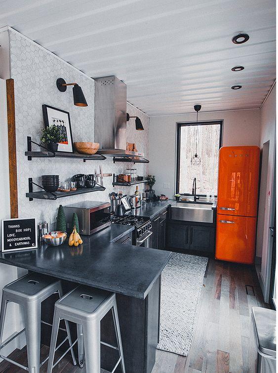 Cozinha com geladeira laranja..