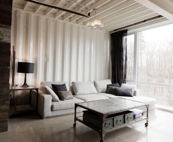 Sala de estar com parede de vidro.