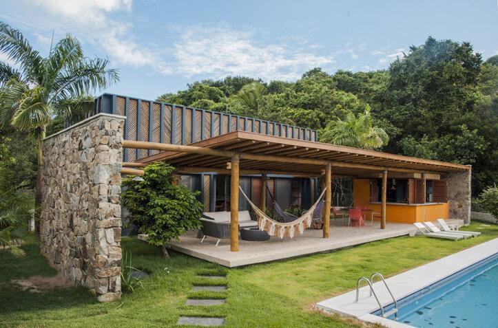 Casa com varanda em frente a piscina.