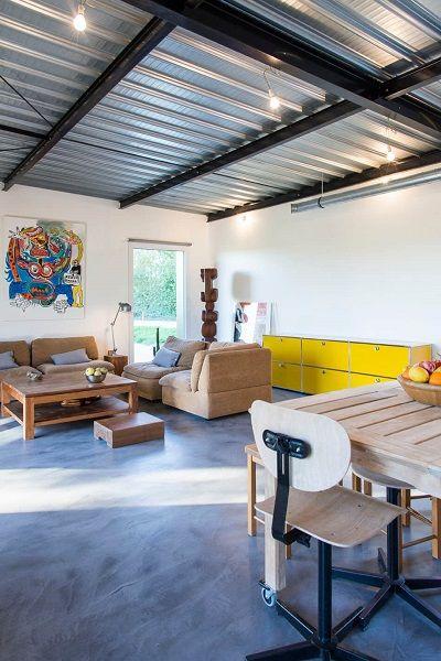Sala com sofás neutros e armário amarelo.
