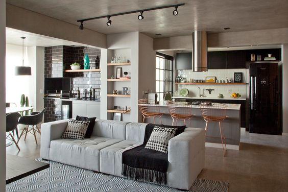 Casa pequena com sala e cozinha integradas.