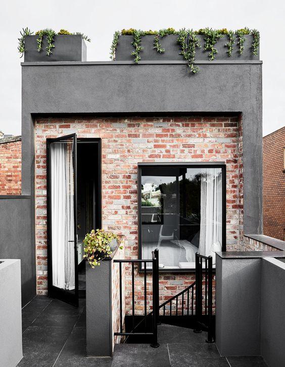 Fachada de casas pequenas com porta e janela.