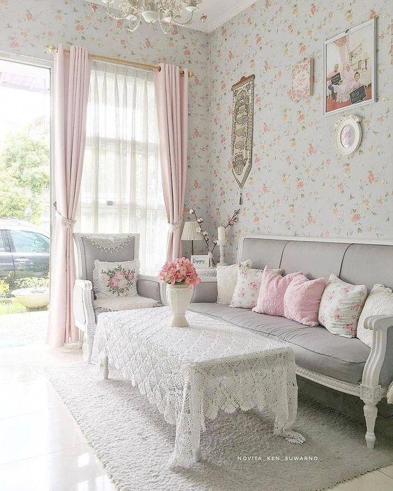 Casas pequenas com sala de modelo antigo e cortina rosa na janela.