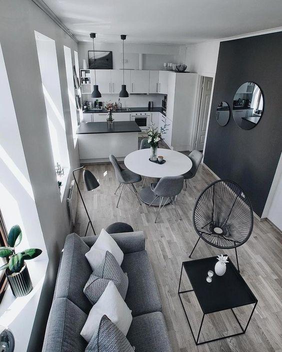 Casa pequena decorada em preto, branco e cinza.