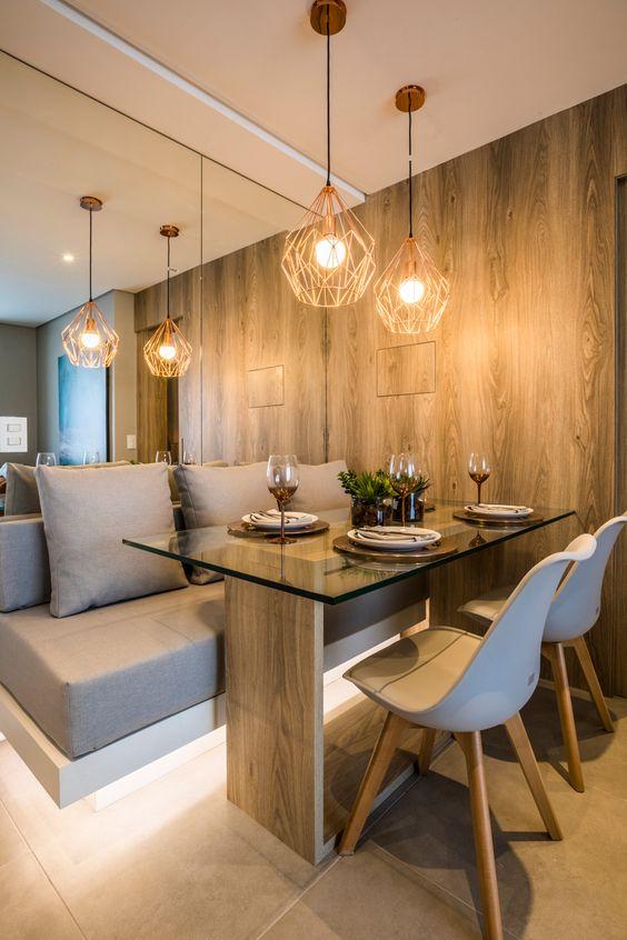 Sala de jantar com mesa de madeira e espelho.
