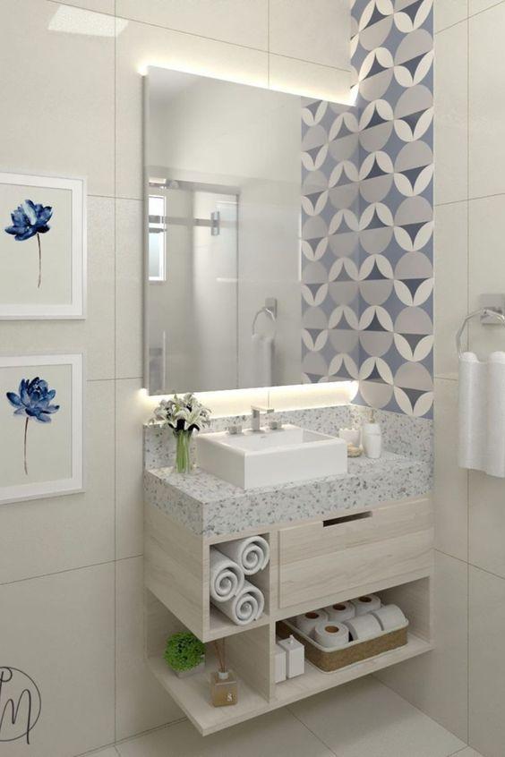 Banheiro pequeno com detalhes azuis.