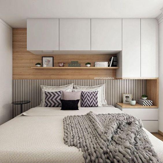 Casas pequenas com quarto de casal com armário em cima da cama.