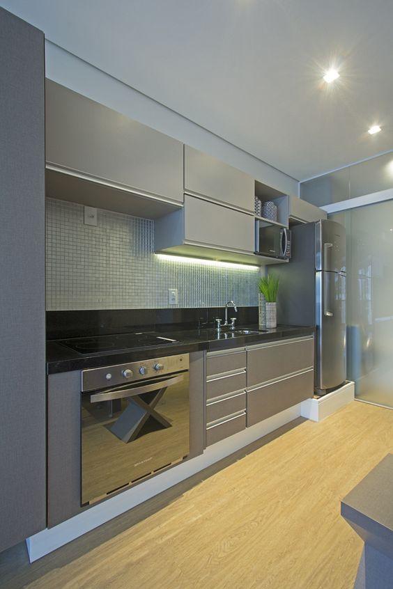 Cozinha pequena com armários planejados.